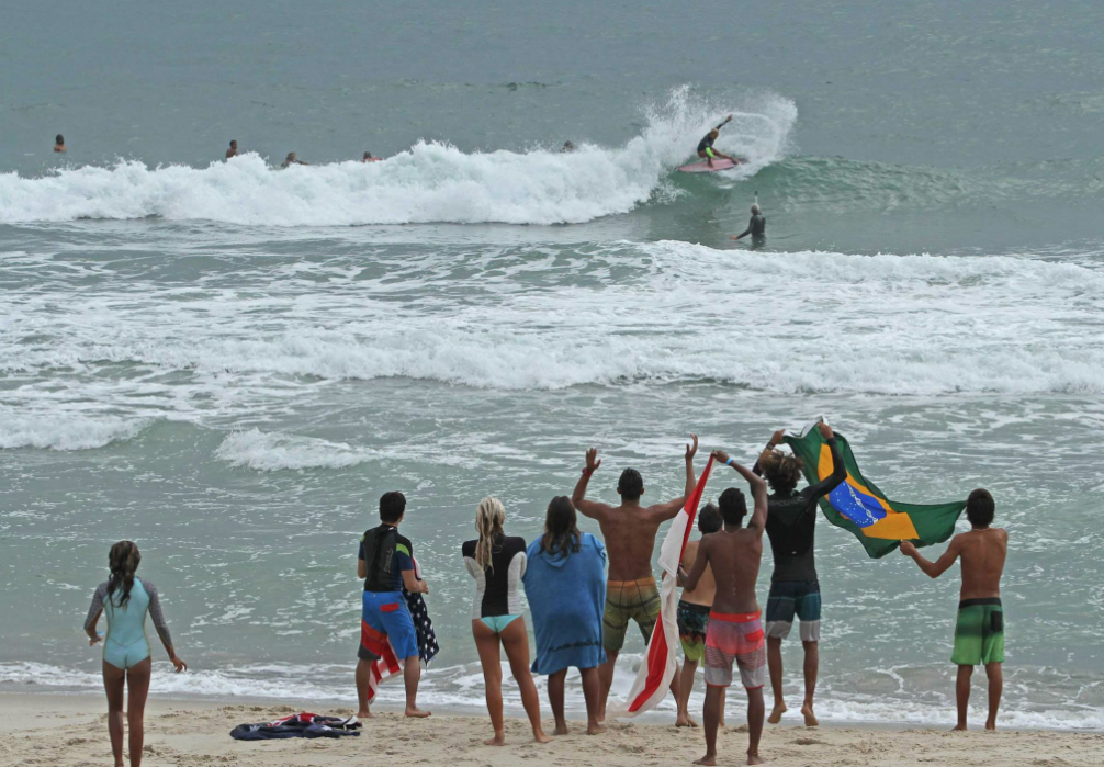 Jaleesa Vincent is cheered on by the locals on the beach Photo by Rip Curl