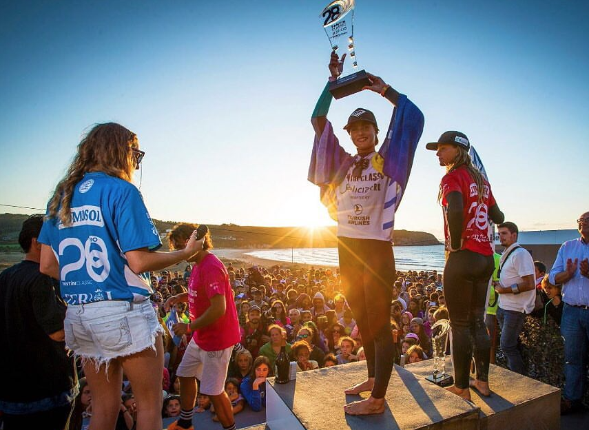 Chelsea Tuach holds her winners trophy Photo by WSL / Poullenot